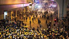La policía disuelve con gas lacrimógeno a los manifestantes frente a la oficina de enlace del Gobierno Chino en Hong Kong