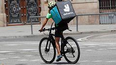 La justicia decreta que los 'riders' de Deliveroo son trabajadores de la empresa y no autónomos