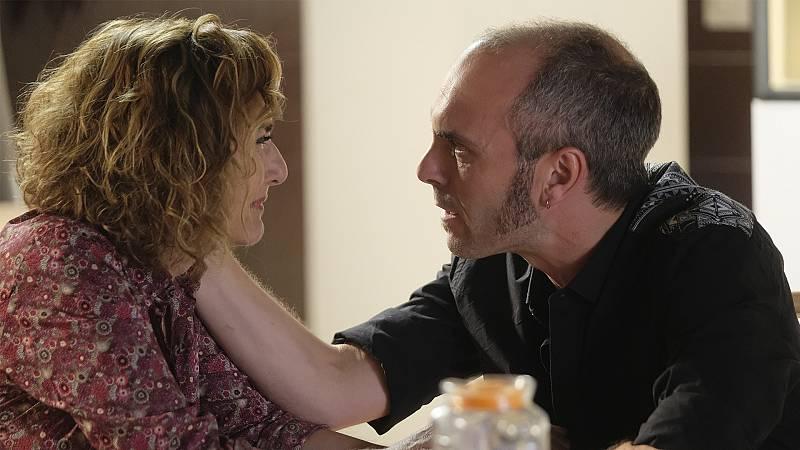 Elvira le cuenta a Luis que tiene alzheimer