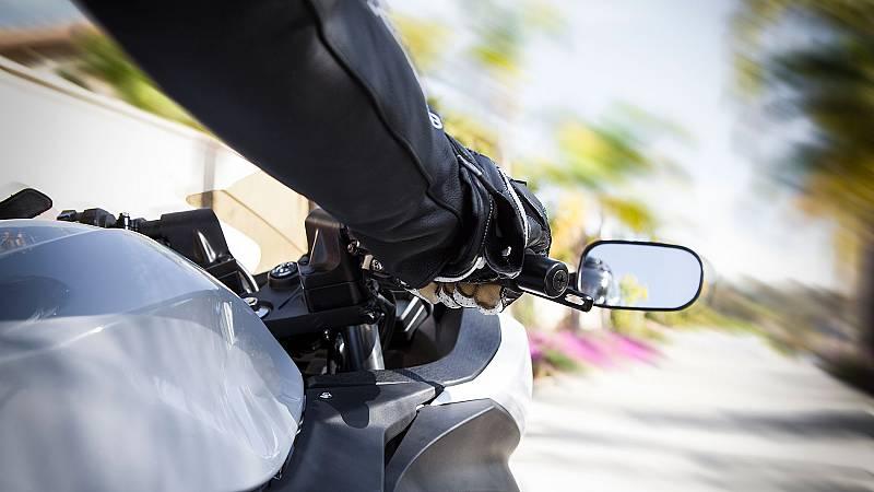 La DGT aumentará las multas a los motoristas por no usar el casco y exigirá guantes y formación