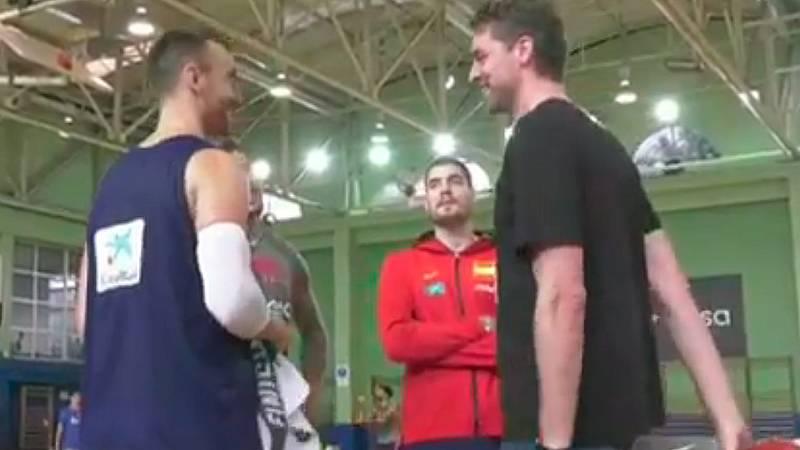 Pau Gasol visitó por sorpresa a sus compañeros de la selección española de baloncesto que preparan en Madrid el Mundial de China y al que él no podrá acudir por una lesión en el pie.