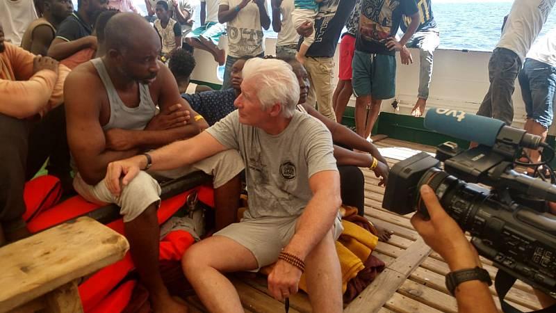El actor estadounidense Richard Gere lleva víveres al barco de Open Arms