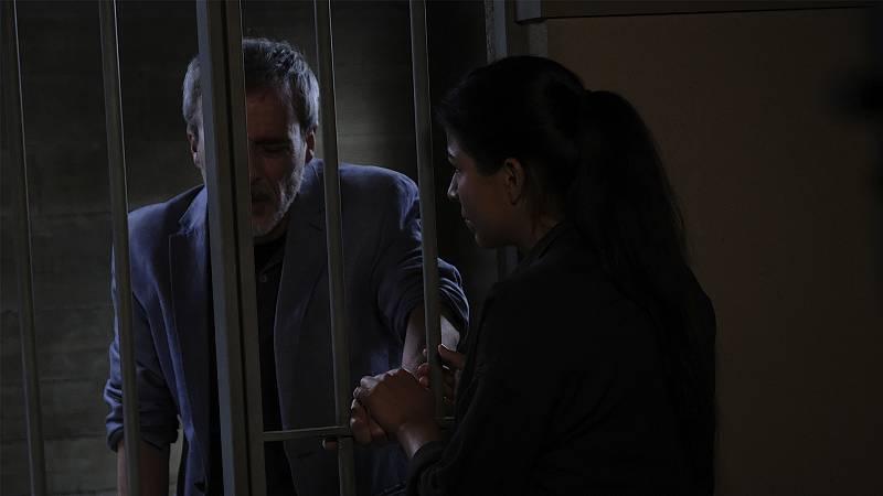 Nacha visita a Elías al calabozo