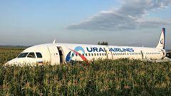 Un avión con más de 200 pasajeros aterriza de emergencia en una plantación de maíz