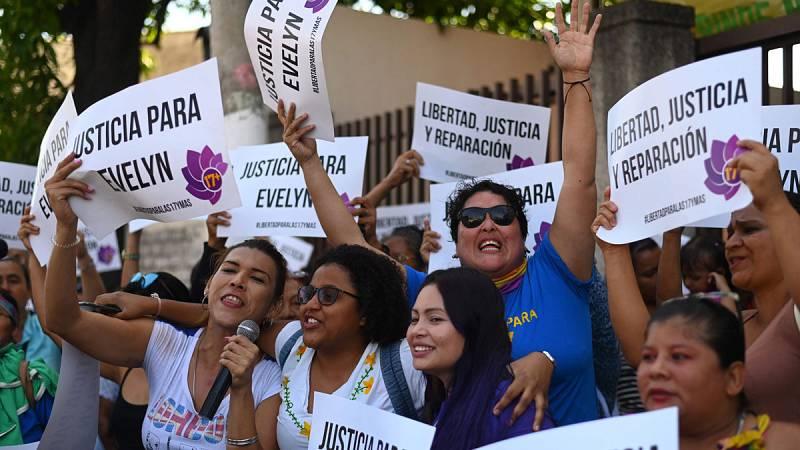 Nuevo juicio en El Salvador contra la joven condenada a 30 años por abortar