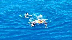Varios migrantes del Open Arms saltan al mar para llegar a Lampedusa y tienen que ser rescatados