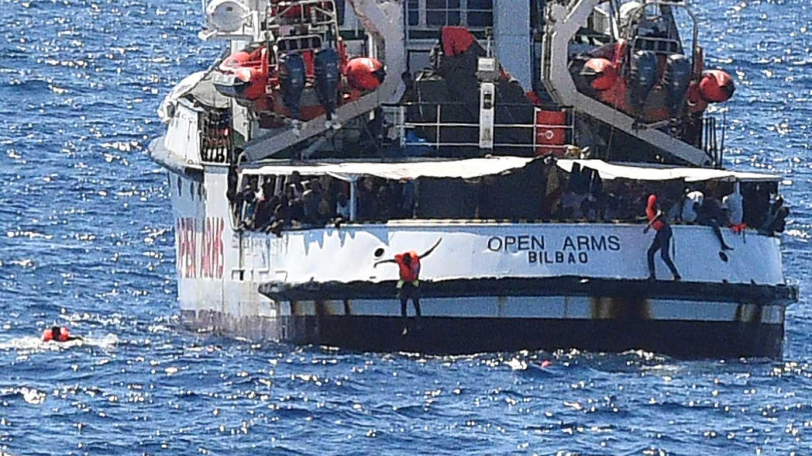 Al menos una docena de migrantes del Open Arms se lanzan al mar