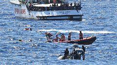 La guardia costera italiana rescata y evacúa a los migrantes que siguen arrojándose al mar