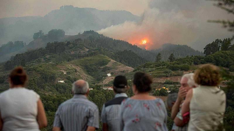 Los nueve mil vecinos que llevan varios días fuera de sus casas por el fuego en Gran Canaria esperan poder regresar pronto a sus casas