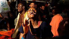 Los migrantes del Open Arms esperan ya ser desembarcados en Lampedusa tras la orden de la Fiscalía