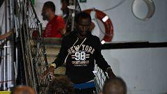 El Open Arms atraca en el puerto de Lampedusa por orden  de la fiscalía entre aplausos de alegría