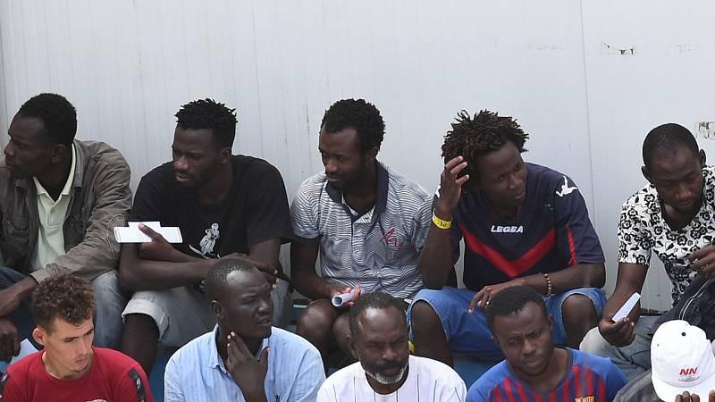 Los migrantes del Open Arms pasan su primera noche en tierra