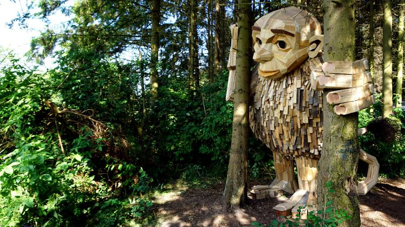Los sorprendentes trolls de madera reciclada