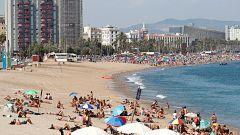 Un agente del GEAS de la Guardia Civil descubre una bomba antigua sumergida en una playa de Barcelona