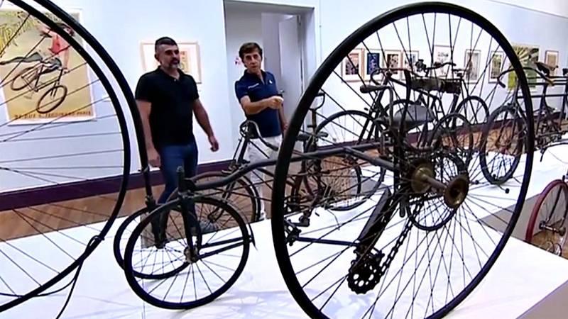 El artista y exciclista muestra a TVE las pinturas que ha dedicado a los grandes campeones de la bicicleta.