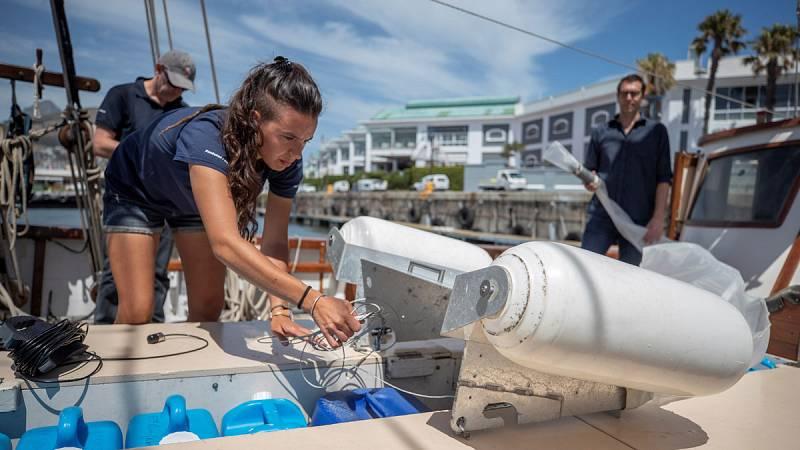 Dos españoles han colaborado en la elaboración de un mapa que refleje el impacto del hombre sobre el océano. Han sido cuatro años de navegación a bordo del velero 'Flor de pasión' en los que se han encontrado plásticos en los mares, e incluso, contam