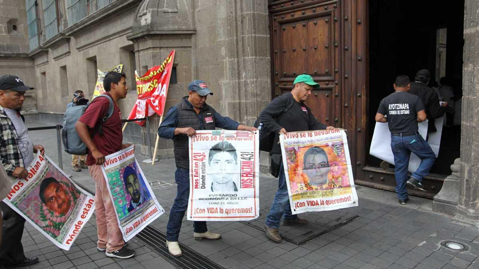 Las familias de los 43 estudiantes desaparecidos en México hace cinco años piden que se acelere la investigación