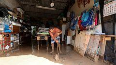Los vecinos de Los Alcázares llevan 48 horas retirando lodo y todavía existe el riesgo de una nueva riada