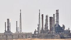 Riad admite que la producción de crudo se ha reducido a la mitad.