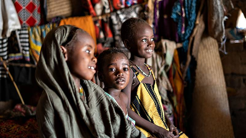 Tres hermanas acuden juntas a vacunarse de sarampión en el pueblo de Almourai, en Chad