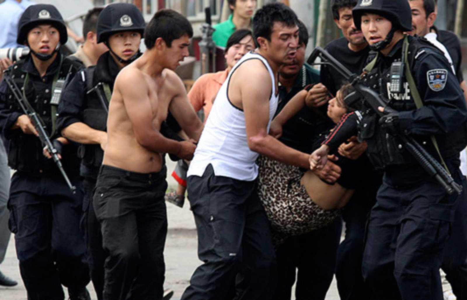 Continúan las protestas en China tras la violenta represión de la policía contra la minoría musulmana. Al menos 156 personas han muerto en los altercados, y casi un millar de personas han rsutlado heridas. (7/7/09)