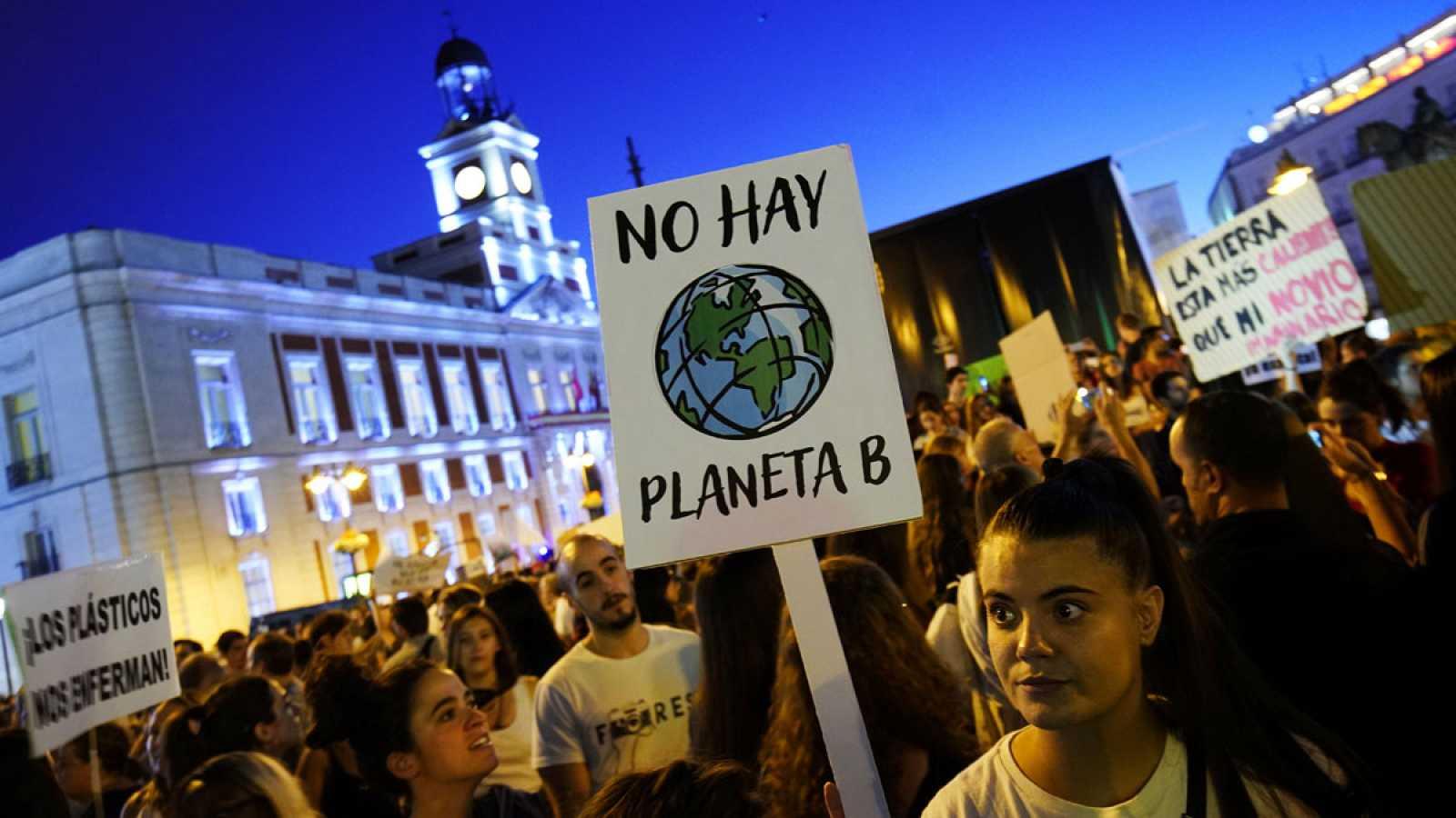 """Miles de jóvenes españoles alzan la voz en las calles para pedir """"justicia climática"""""""