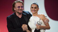Penélope Cruz recibe el premio Donostia del Festival de San Sebastián de manos de Bono