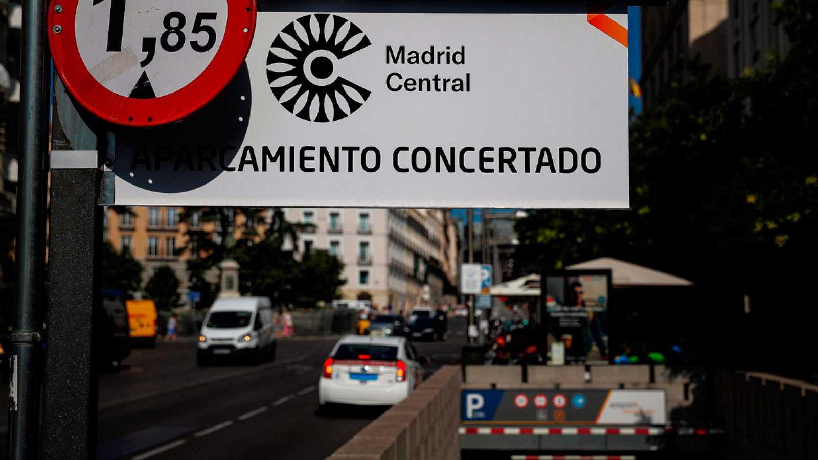 El Ayuntamiento de Madridpermitirá circular libremente a los coches con distintivo medioambiental Cpor el área de restricción de emisiones en el centro de la ciudad siempre y cuando viajen conal menos dos ocupantes.El gobierno municipal suaviza a