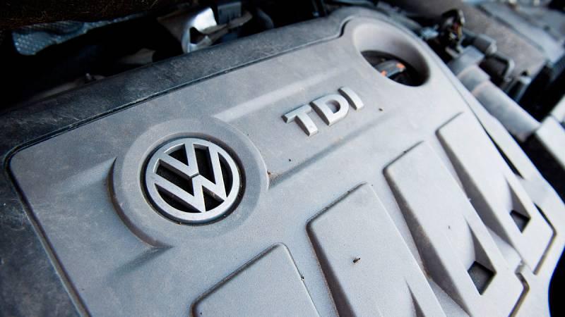 En Alemania, este lunes ha arrancado el primer juicio por una demanda colectiva contra Volkswagen. Medio millón de usuarios exigen al fabricante compensaciones por la manipulación de motores diésel que salió a la luz en 2015