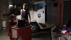 Servir y Proteger - Coco y Álvaro hackean el ordenador del furgón blindado