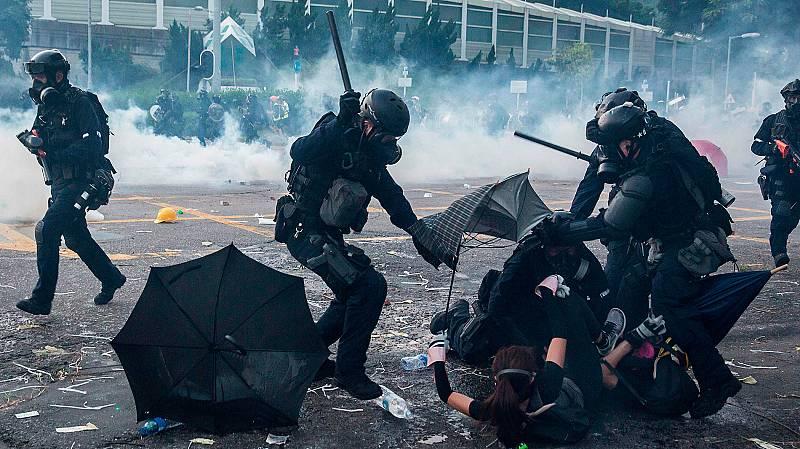 La violencia vuelve a las calles de Hong Kong en el 70 aniversario de China