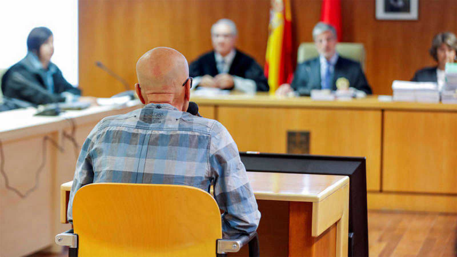 """Pedro Luis Gallego, comocido comoel """"violador del ascensor""""pormás de 20 violaciones y dos asesinatos juzgados en los 90,se ha reconocido culpable de lasdos violaciones consumadas y dos en grado de tentativapor las que se le juzga, cometidas en"""