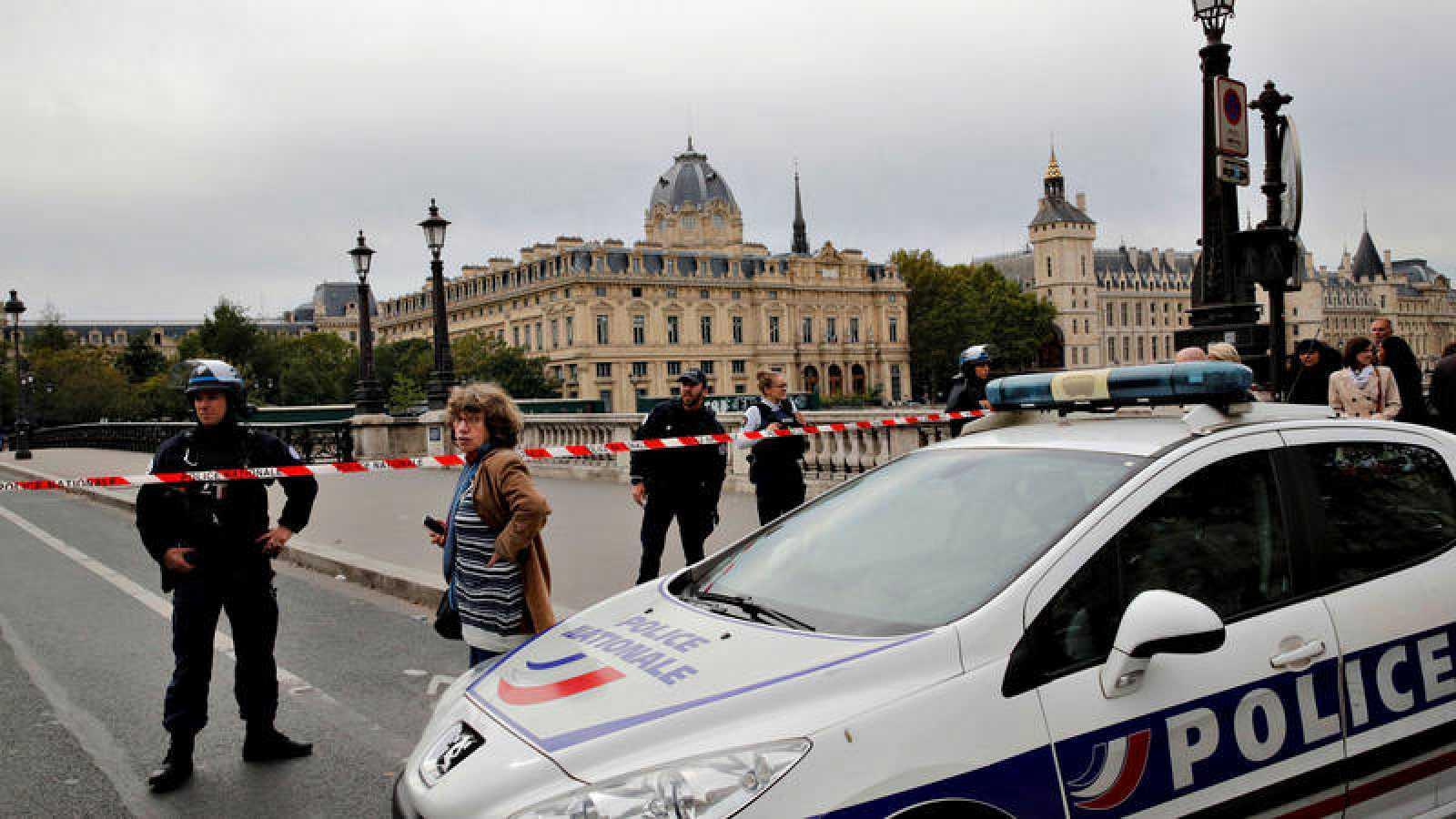Un funcionario mata a puñaladas a cuatro agentes de policía en París