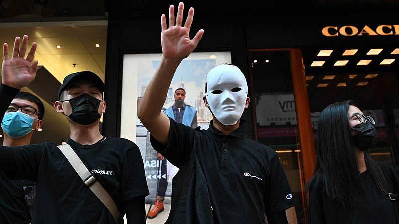 La ciudad de Hong Kong amanece paralizada tras una noche de caos y desafío a la prohibición de portar máscaras