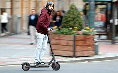 La DGT, a favor del uso de casco y chaleco en los patinetes eléctricos