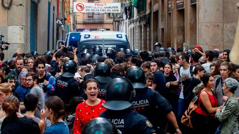 En el barrio del Raval, en Barcelona, se ha producido este jueves un desahucio muy tenso.Los Mossos d'Esquadra se han enfrentado a un grupo de personas que intentaba paralizarlo. En el piso vivía una mujer con sus dos hijos, de uno y seis años.