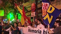 Decenas de personas se manifestan frente a la sede del PSOE para protestar contra la exhumación de Franco