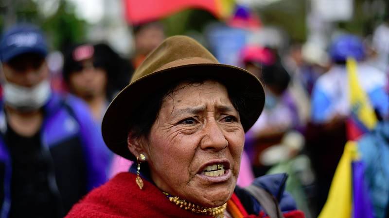 En Ecuador, continúan los enfrentamientos entre manifestantes y fuerzas de seguridad, y sigue aumentado el número de muertos y heridos. El jueves se ofició un funeral multitudinario por uno de los dirigentes del movimiento indígena, que falleció dura