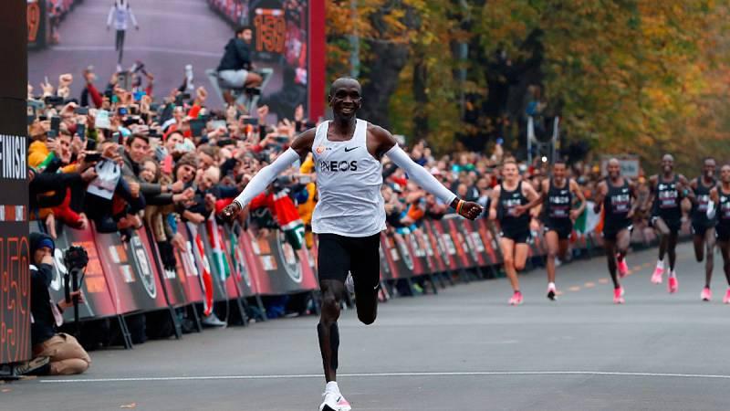 Kipchoge llega a meta tras romper la barrera de dos horas en maratón