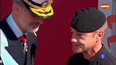 El paracaidista recibe compungido unas palabras de ánimo de los reyes tras su incidente con la farola