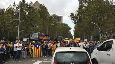 Los universitarios paran las clases y cortan el tráfico en la Diagonal