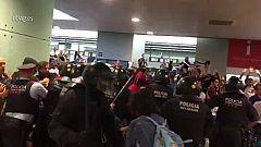 Los Mossos cargan contra los manifestantes que intentan bloquear el aeropuerto de El Prat