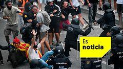 Los antidisturbios cargan contra los manifestantes independentistas en El Prat