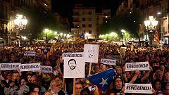Miles de personas protestan contra el fallo del 'procés' en la plaza de Sant Jaume