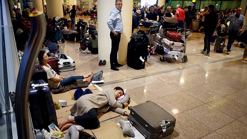 Centenares de personas pasan la noche en el aeropuerto del Prat tras las cancelaciones de vuelos