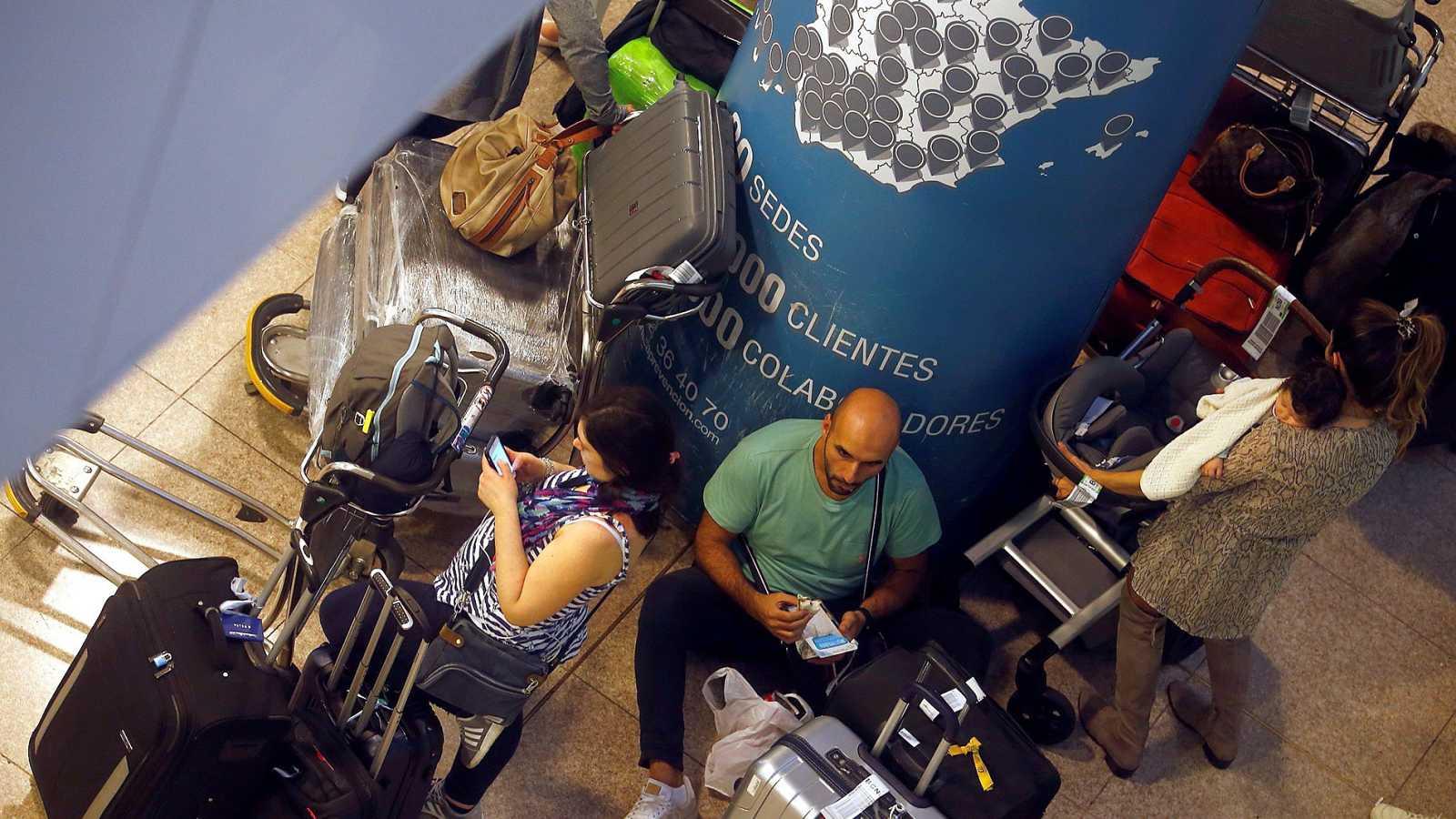Centenares de pasajeros duermen en el El Prat para no perder su vuelo