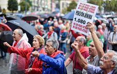 Dos columnas de pensionistas llegan desde Bilbao y Rota a Madrid para protestar ante el Congreso