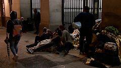Refugiados pernoctan en la puerta del Samur Social de Madrid desde hace semanas