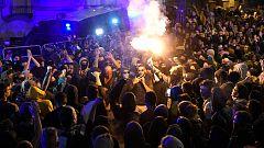 Los manifestantes derriban las vallas que protegen la Delegación del Gobierno en Barcelona