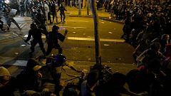 Carga policial en la Delegación del Gobierno de Barcelona para evitar que los manifestantes lleguen al edificio